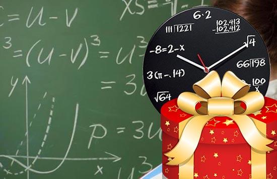 Школьная доска и час с формулами и подарок