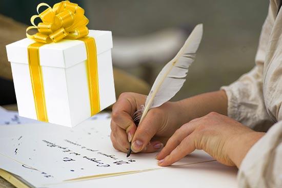 Поэт пишет и подарок