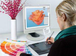 Графический дизайнер рисует