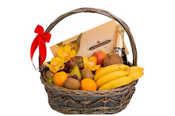Корзинка фруктов и сладостей