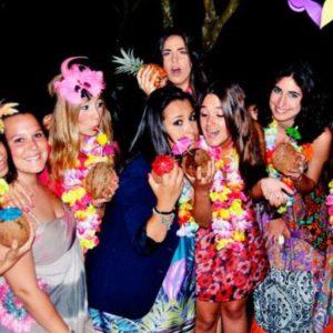 Подружки на гавайской вечеринке