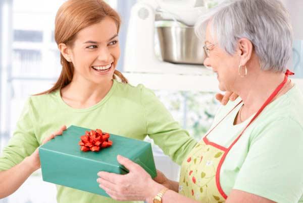 Вручение подарка свекрови