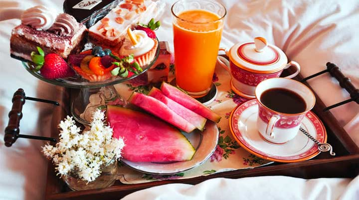 Завтрак жене в постель в день рождения