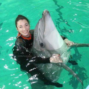 Дельфин в обнимку