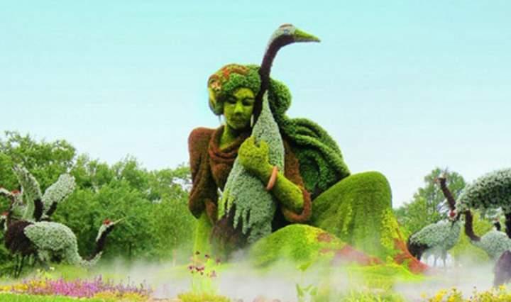 Фигура музыканта из цветов
