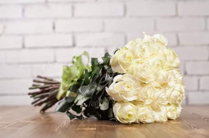 Белые розы на длинной ножке