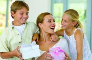 Дети поздравляют мамочку