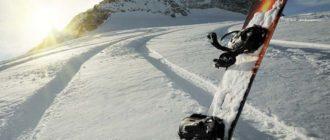 Доска для сноубординга в снегу на рассвете